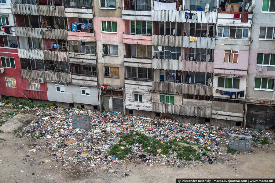 Резултат с изображение за изхвърляне на боклука през прозореца